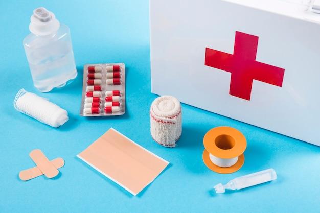 Équipements médicaux avec trousse de premiers soins sur fond bleu Photo gratuit