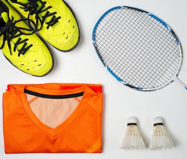 Équipements pour jouer au badminton, chaussures de sport, chemise de sport, raquette de badminton, balle de badminton Photo Premium