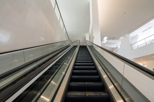 L'escalator est dans le centre commercial Photo Premium