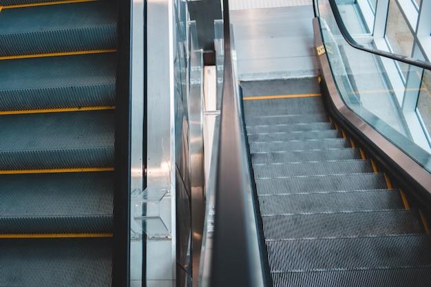 Escalator Vide Gris Et Argent Photo gratuit