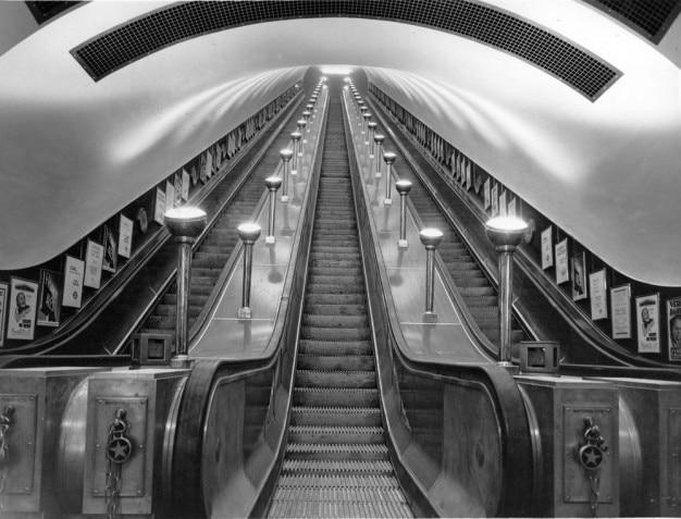 Escalators Dans Le Métro Photo gratuit