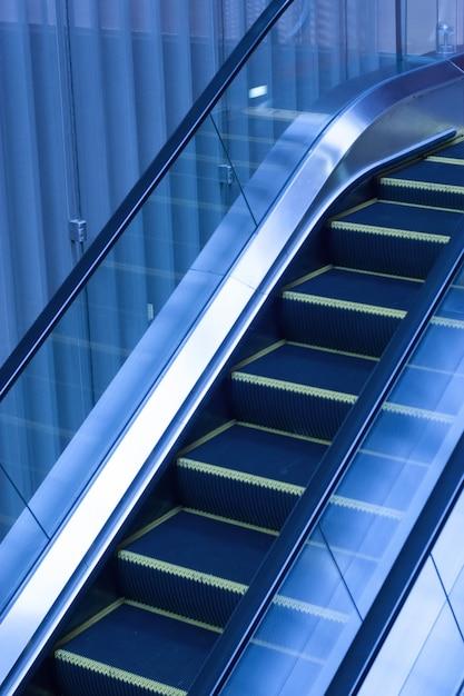 Escalators L'intérieur D'un Immeuble De Bureaux Photo gratuit