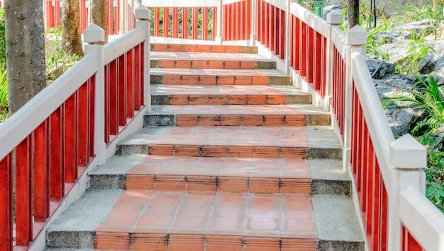 Escalier de ciment dans le parc Photo Premium