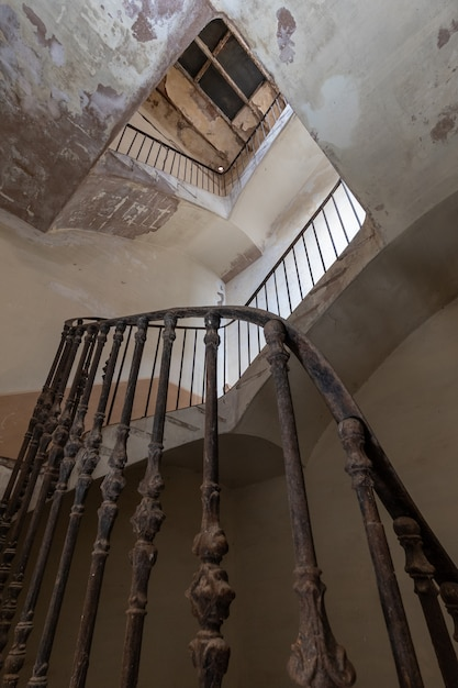 Escalier du manoir abandonné Photo Premium