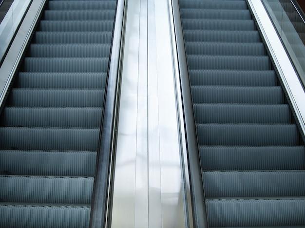 Escalier D'escalier Vide Dans La Station De Métro Ou Le Centre Commercial Photo Premium