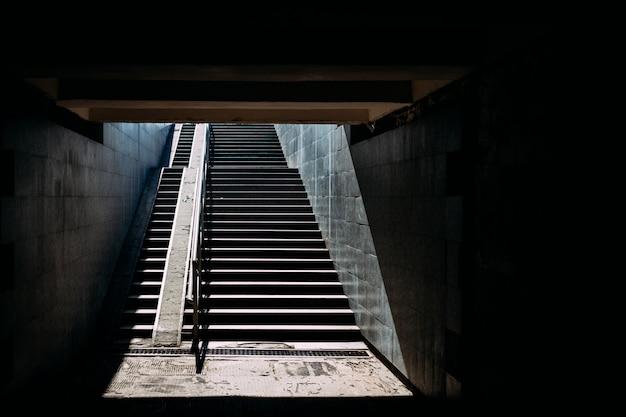 Escalier passe sous la lumière du soleil Photo Premium