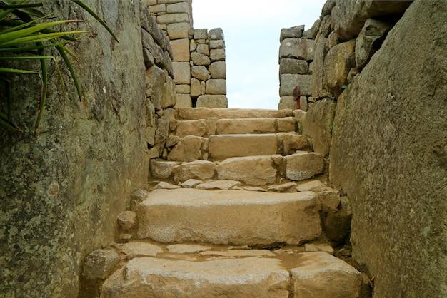 Escalier En Pierre Antique à La Zone Supérieure à L'intérieur Du Machu Picchu, Région De Cusco, Pérou Photo Premium