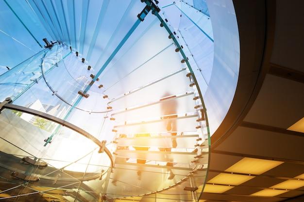 Escalier en verre moderne silhouette de la marche des gens en chine de shanghai Photo Premium