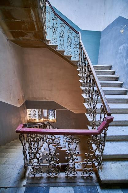 Escalier Vintage En Colimaçon Dans L'ancienne Maison D'entrée à Tbilissi, Géorgie Photo Premium