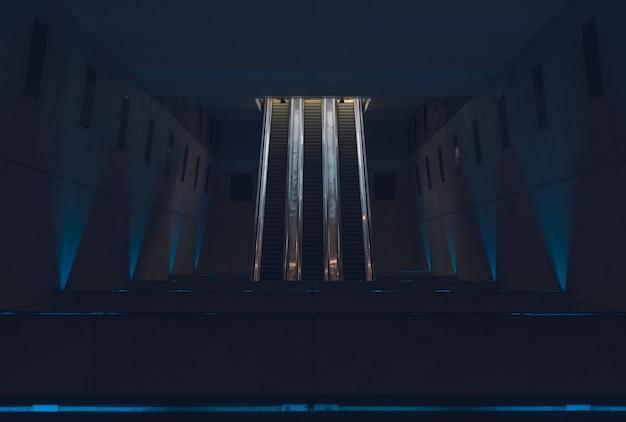 Escaliers Mécaniques Dans La Station De Métro La Nuit Photo gratuit