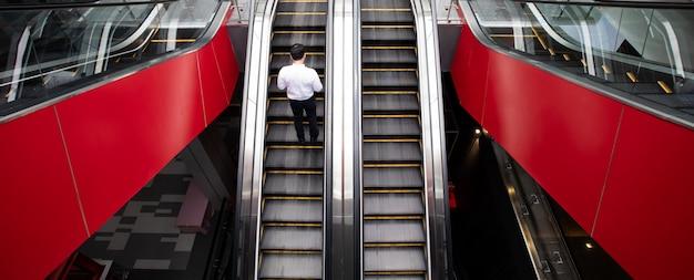 Escaliers Mécaniques De Luxe Modernes à L'auditorium Avec L'homme D'affaires Photo Premium