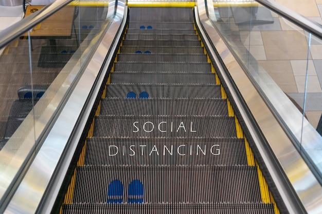 Escaliers Mécaniques Avec Symbole D'empreinte Pour La Distance Sociale Pendant Le Coronavirus Photo Premium
