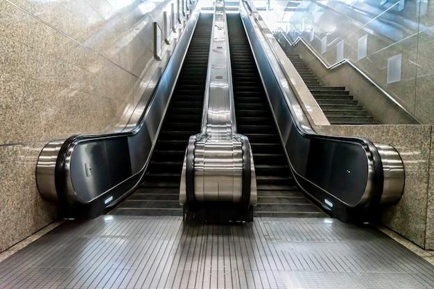 Escaliers De Métro Flou Pour Passagers Ou Voyageurs Photo Premium