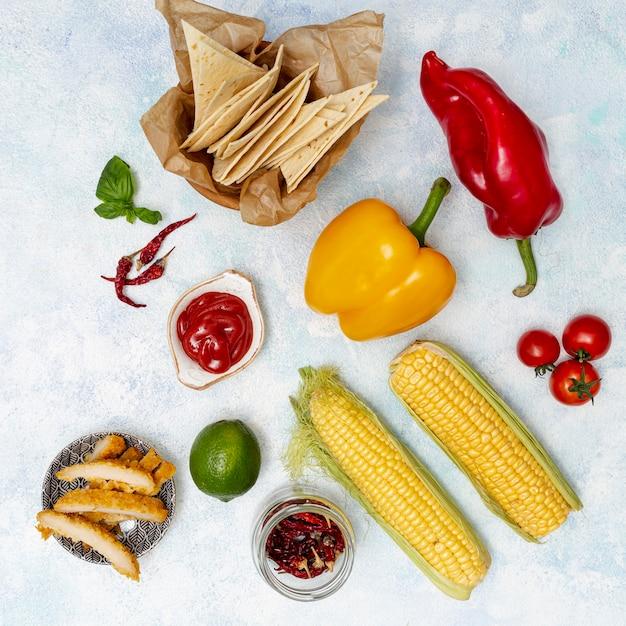 Escalope sur assiette et coupe pita et légumes bio Photo gratuit