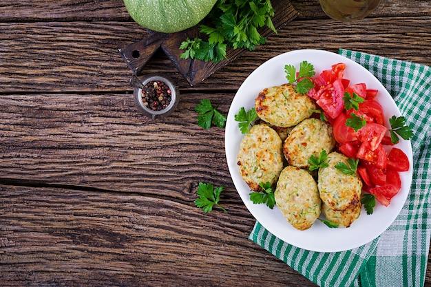 Escalope De Poulet Avec Salade De Courgettes Et Tomates Photo gratuit