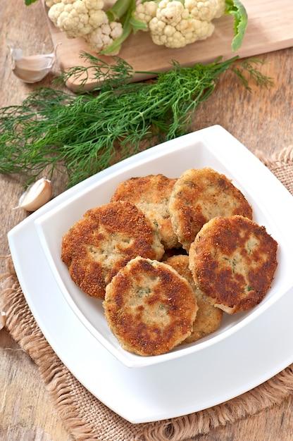 Escalopes De Chou-fleur Au Fenouil, Ail Et Sauce Au Fromage Photo gratuit