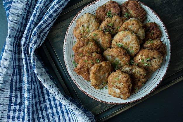 Escalopes de porc sur une assiette. Photo Premium