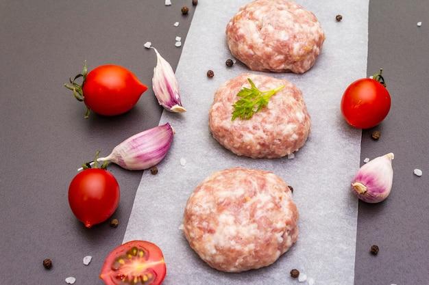 Escalopes De Porc Cru Aux épices Et Légumes Photo Premium