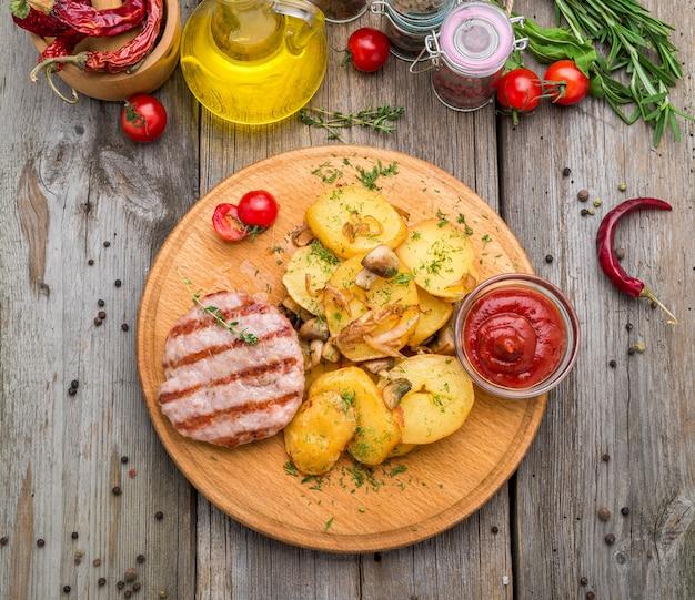 Escalopes de poulet grillées, patates douces rôties et chou de bruxelles Photo Premium