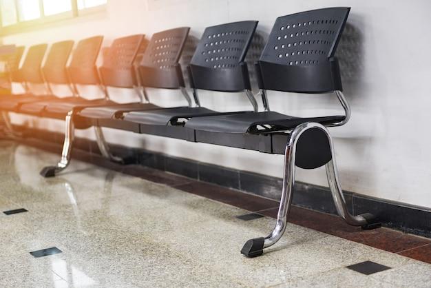 Espace d'attente avec rangée de chaises dans le coin salon Photo Premium