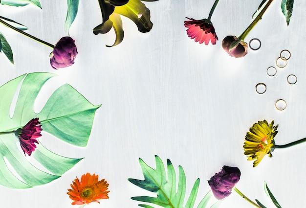Espace de conception de fleurs et de feuilles tropicales Photo gratuit