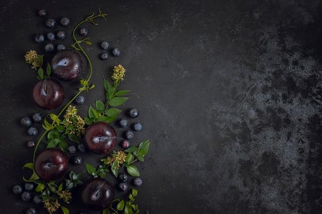 Espace copie myrtilles et prunes Photo gratuit