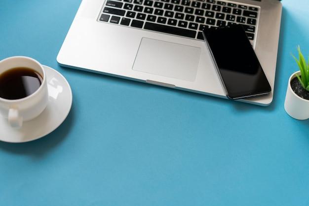Espace copie avec ordinateur portable et café Photo gratuit
