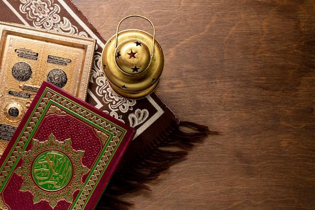 Espace De Copie Vue De Dessus De Coran Et Bougeoir Photo gratuit