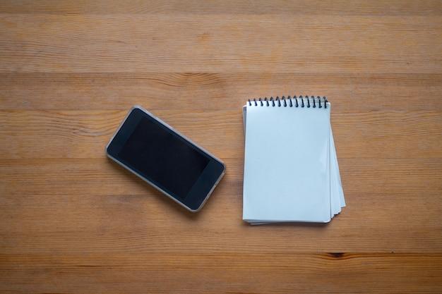 Espace coppy sur business table de travail avec smartphone et organisation, concept de fond de bureau Photo Premium