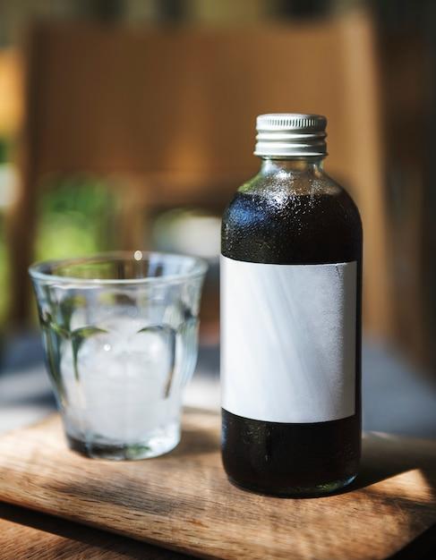 Espace design sur une bouteille de verre à café Photo Premium