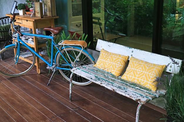 Espace de détente sur la terrasse avec banc confortable et vélo Photo Premium