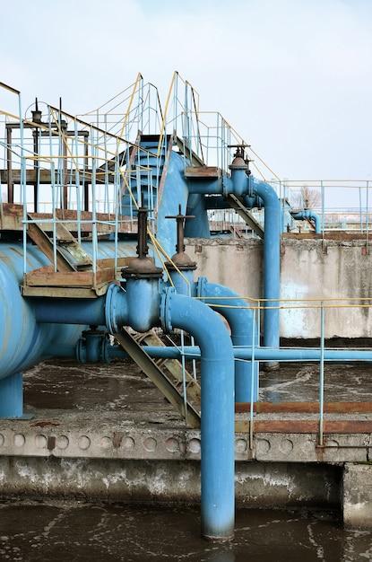 Espace industriel avec beaucoup de tuyaux et de communications Photo Premium