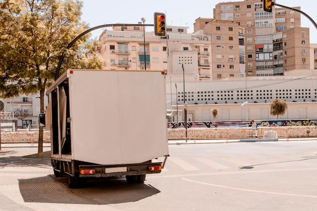Espace pour le texte sur la remorque dans la ville Photo gratuit