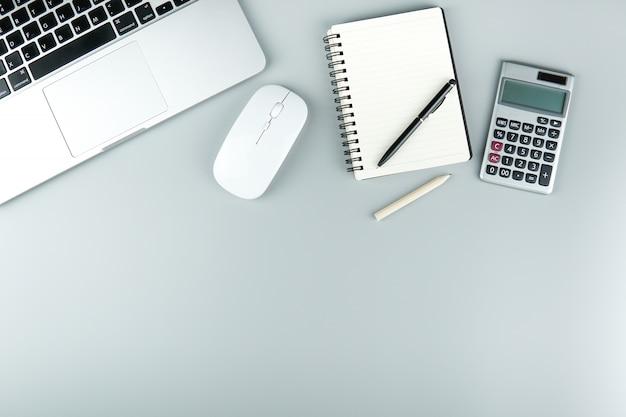 Espace de travail avec accessoires de bureau. Photo Premium