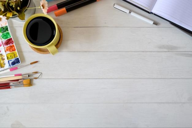 Espace de travail d'artiste designer avec fournitures créatives et espace de copie Photo Premium