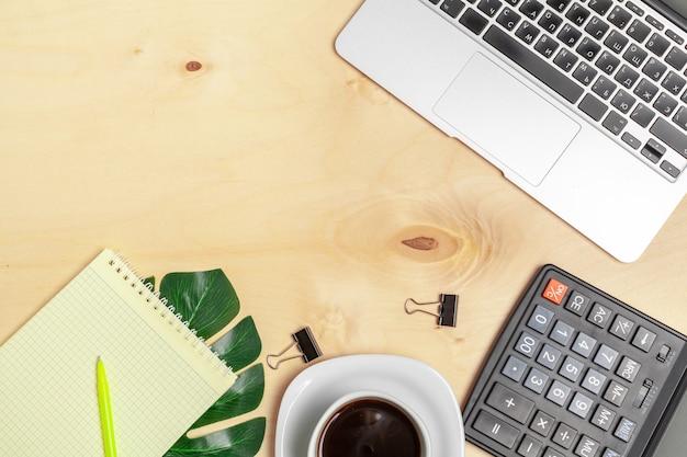 Espace de travail au bureau, bureau en bois avec ordinateur portable et vue de dessus de tasse à café Photo Premium