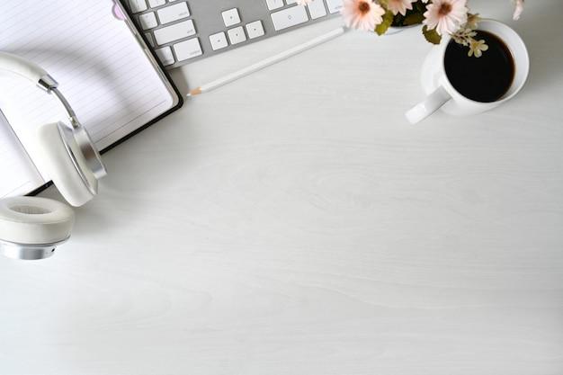 Espace de travail en bois blanc avec ordinateur de bureau moderne