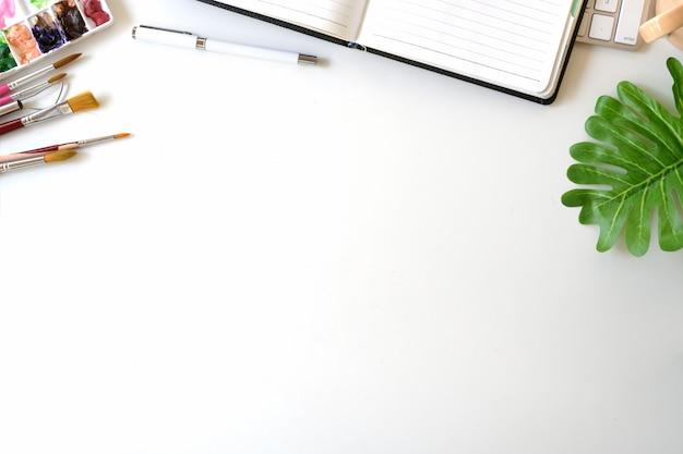 Espace de travail de bureau d'artiste et espace de copie. Photo Premium