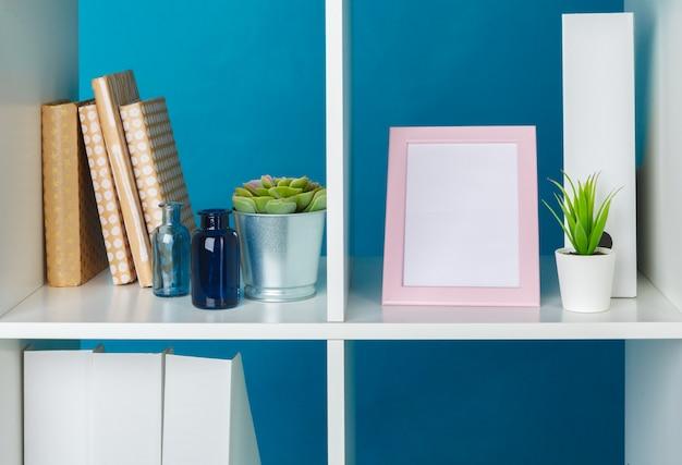 Espace de travail de bureau à domicile. étagère blanche avec accessoires Photo Premium