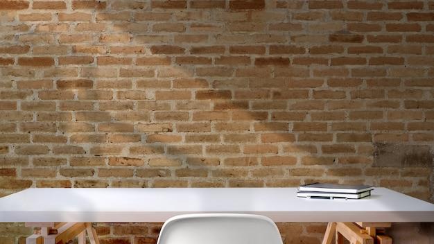 Espace de travail de bureau loft avec des livres de maquette, un espace de travail et un espace de copie. Photo Premium