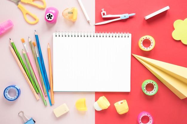 Espace de travail créatif avec cahier vierge Photo gratuit