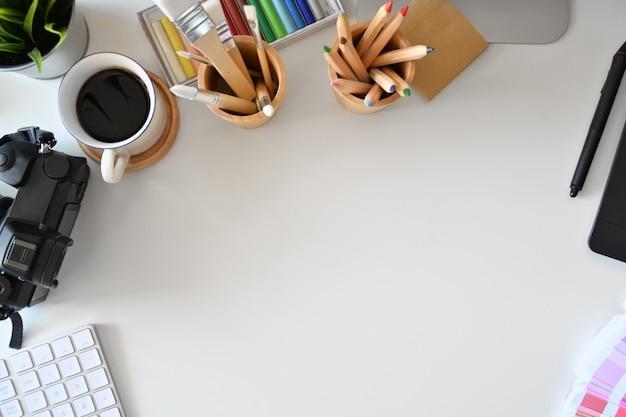 Espace de travail créatif avec fournitures de créateurs et espace de copie Photo Premium