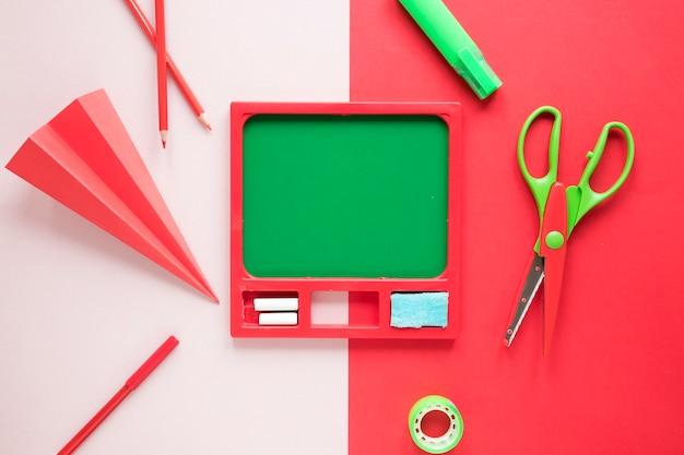 Espace de travail créatif avec un tableau vert Photo gratuit