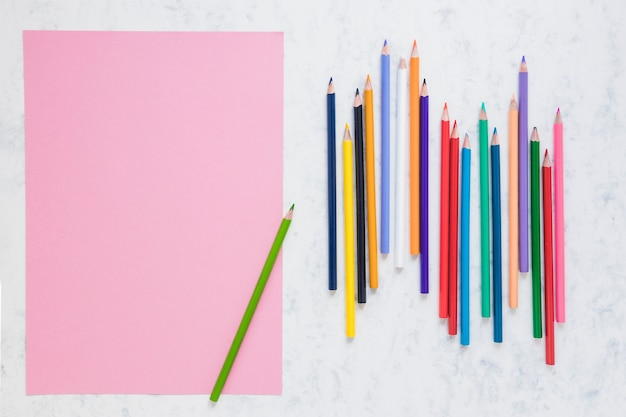 Espace De Travail Avec Du Papier Vierge Et Des Crayons Photo gratuit