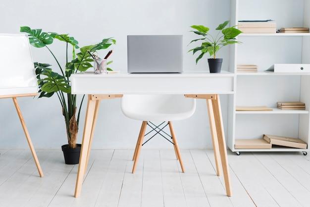 Espace de travail employé de bureau avec ordinateur portable sur la table Photo gratuit