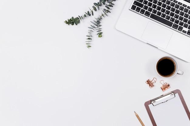 Espace de travail femme bureau à domicile avec ordinateur portable Photo Premium