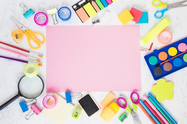 Espace de travail avec une feuille de papier vierge Photo gratuit