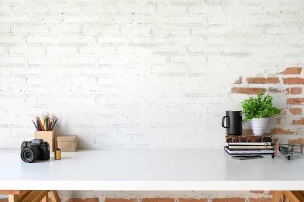 Espace de travail loft avec accessoires et espace de copie. Photo Premium