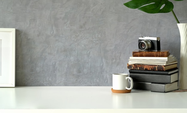 Espace de travail loft avec affiche et espace de copie Photo Premium