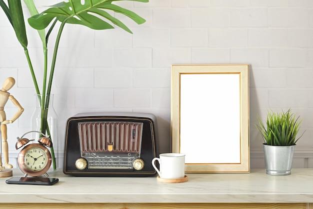 Espace de travail loft avec affiche de radio et maquette vintage Photo Premium